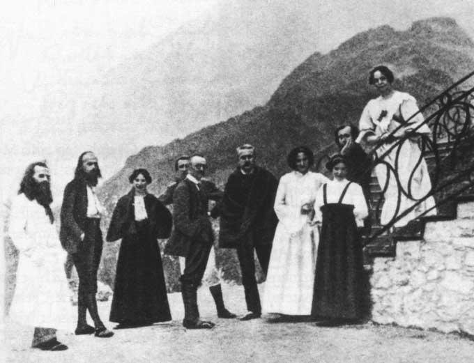 Monte Verita,1907 – Hermann Hesse (au centre de profil) Henri Oedenkoven et Ida Hofmann (2e et 3e en partant de la gauche) A noter signe du Yin et du Yang sur la balustrade à droite.