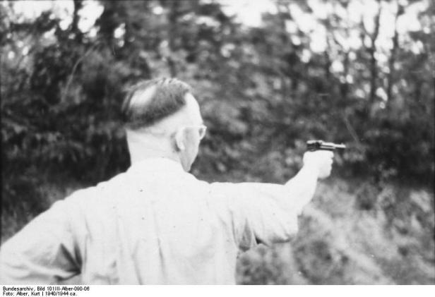 Heinrich Himmler bei Schießübung
